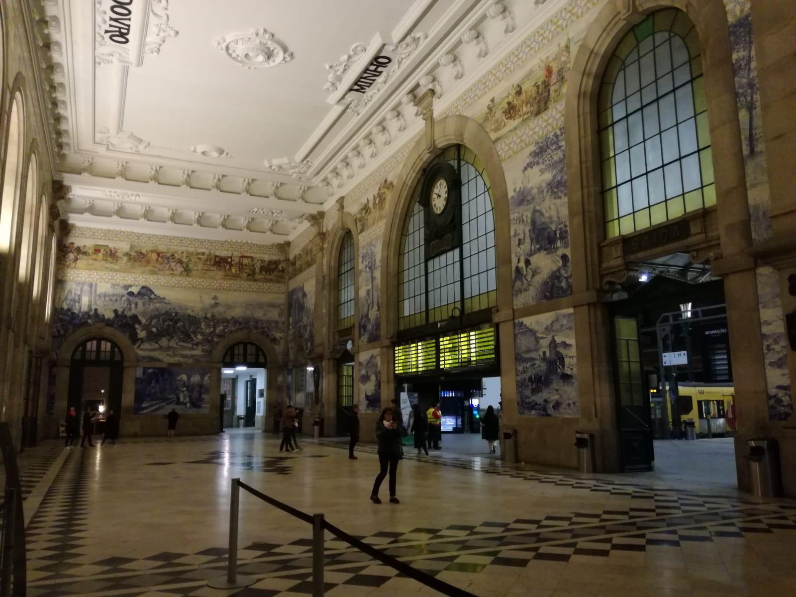 Salone dei passi perduti nella stazione Sao Bento a Porto