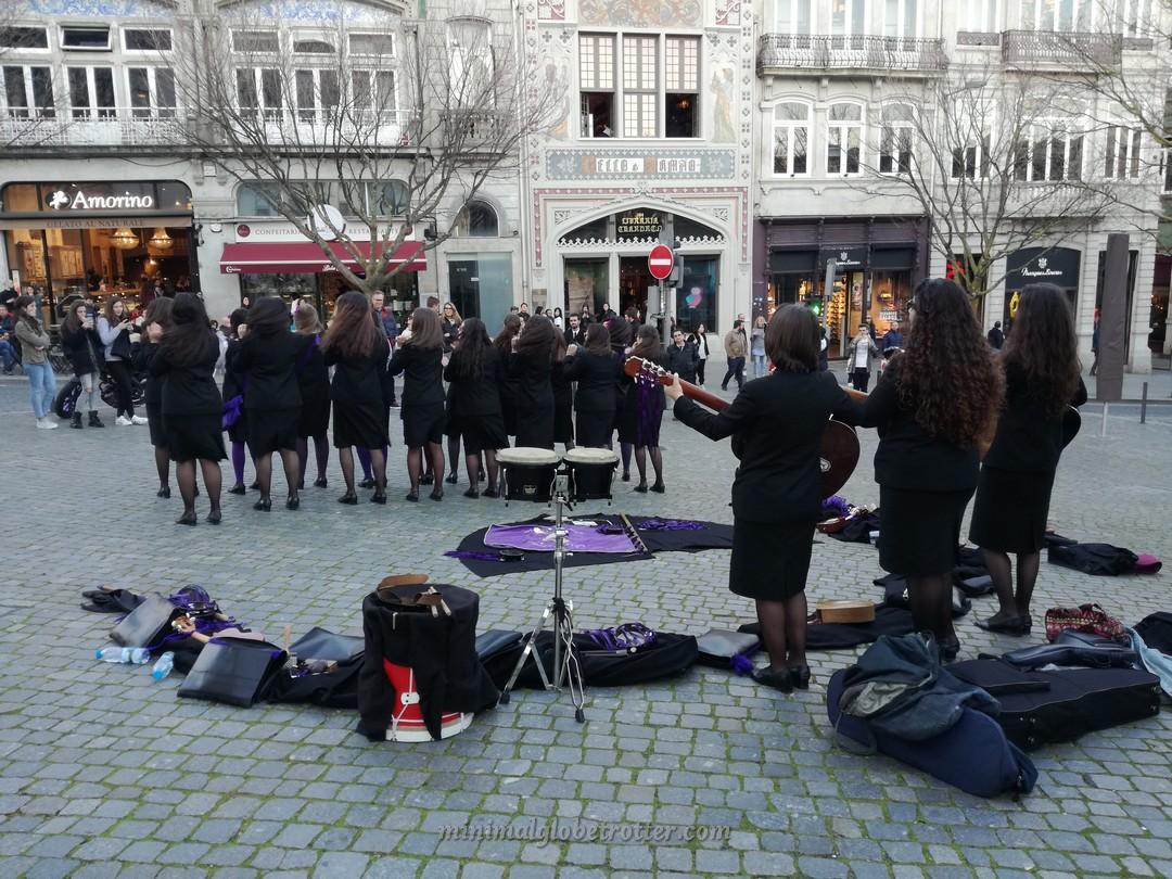 Spettacolo di universitari con la divisa di Harry Potter davanti alla Livraria Lello e Irmao a Porto