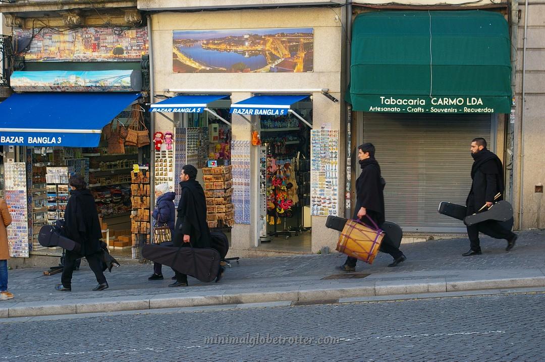 Universitari con la divisa come la divisa di Hogwarts per le strade di  Porto