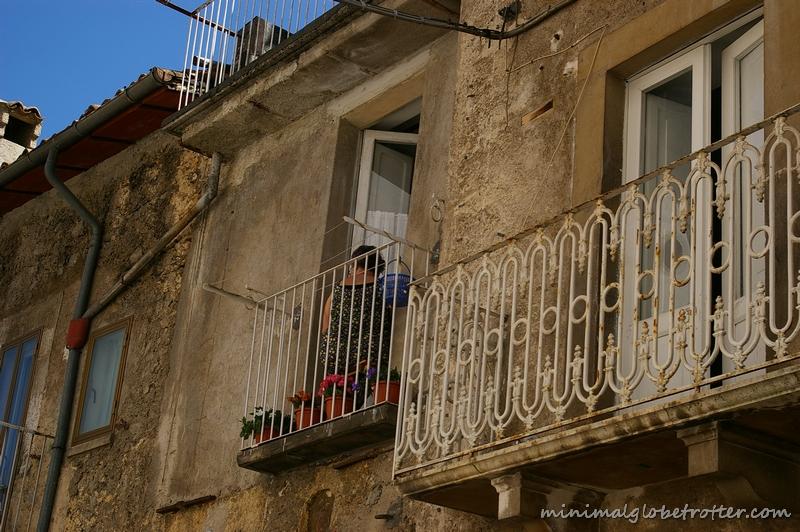 Paese di Scanno particolare su balconi
