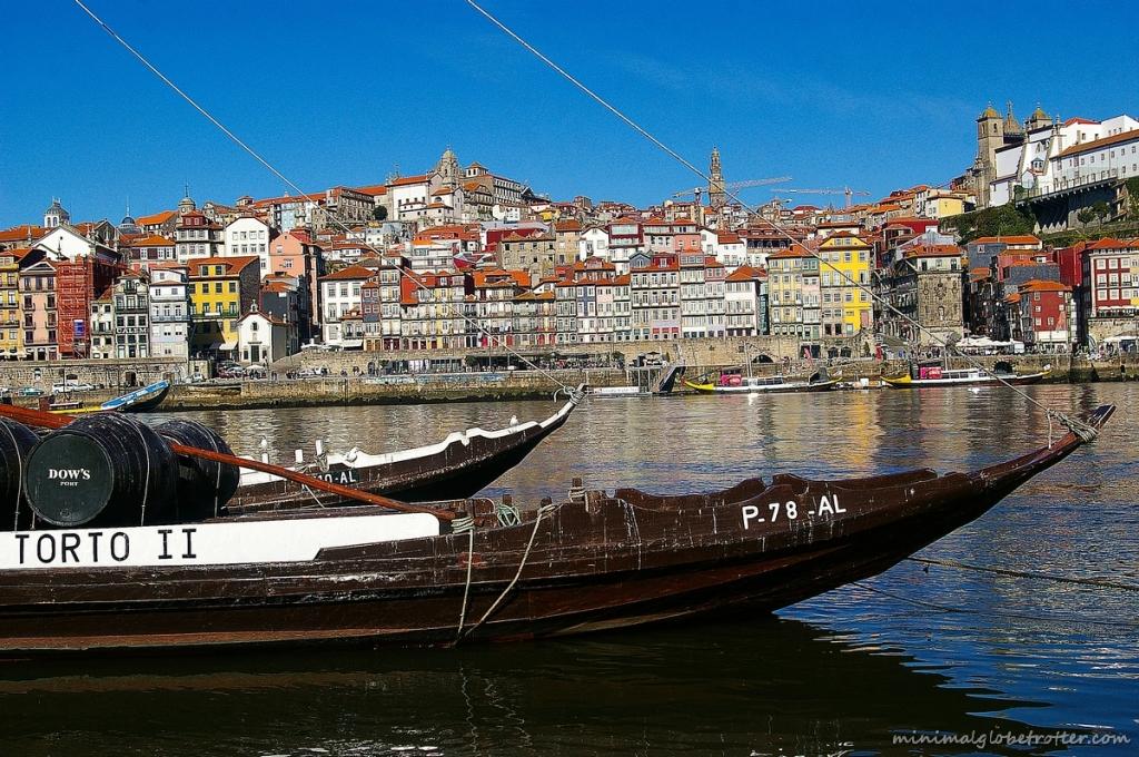 Città di Porto panoramica dal fiume Douro sul quartiere della Ribeira, in primo piano i Rabelos