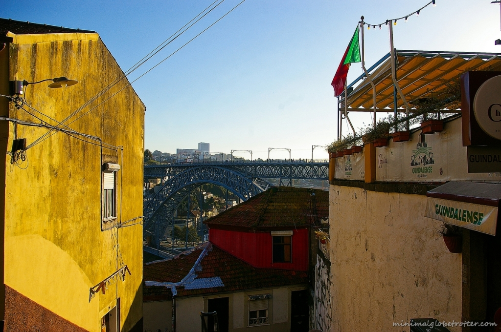Città di Porto, il ponte Dom Luis I da un vicolo cittadino