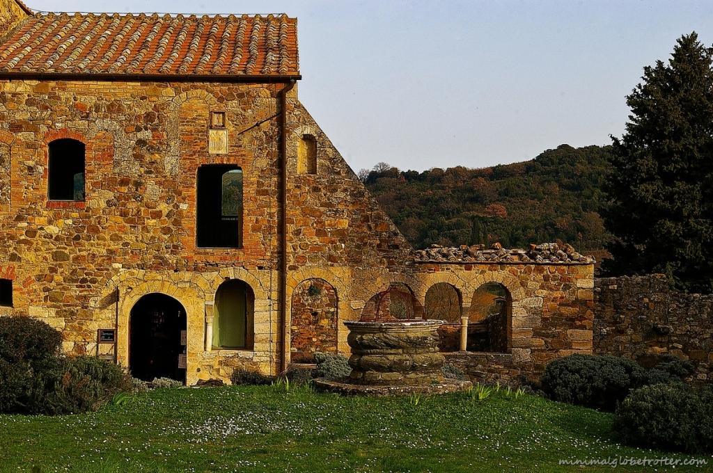 Sant'Antimo Montalcino siena, particolare del chiostro con pozzo