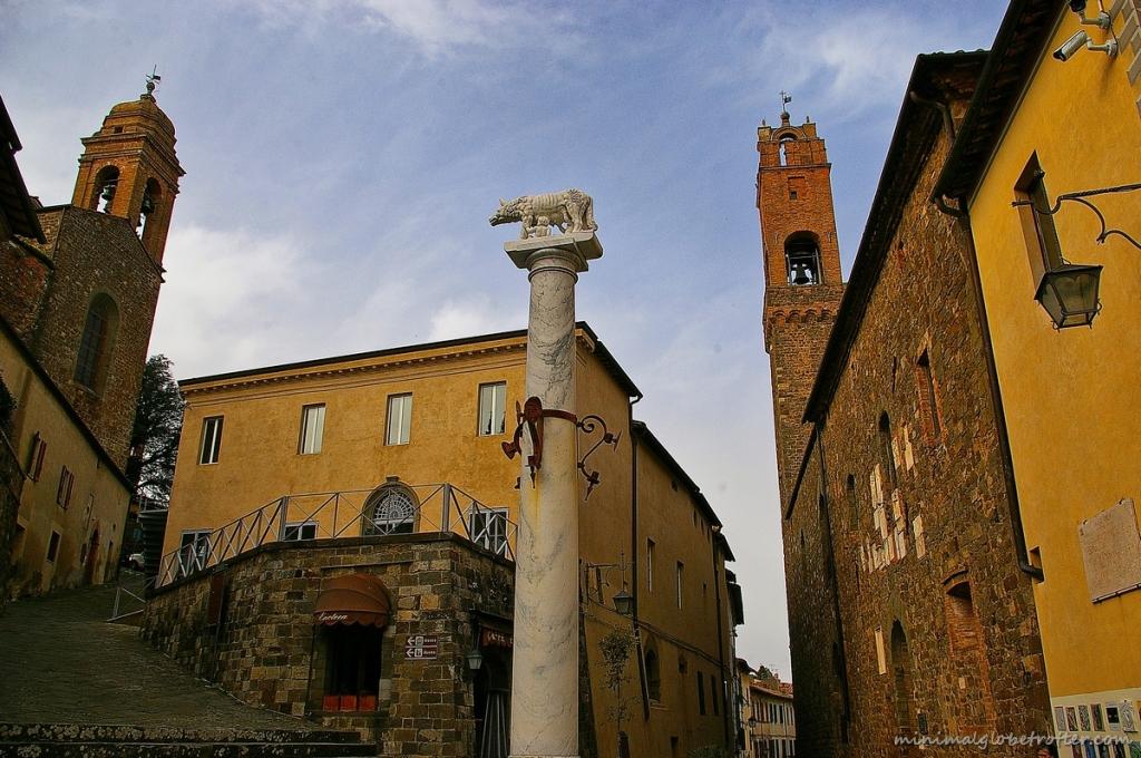 Montalcino piazza del popolo e palazzo dei priori