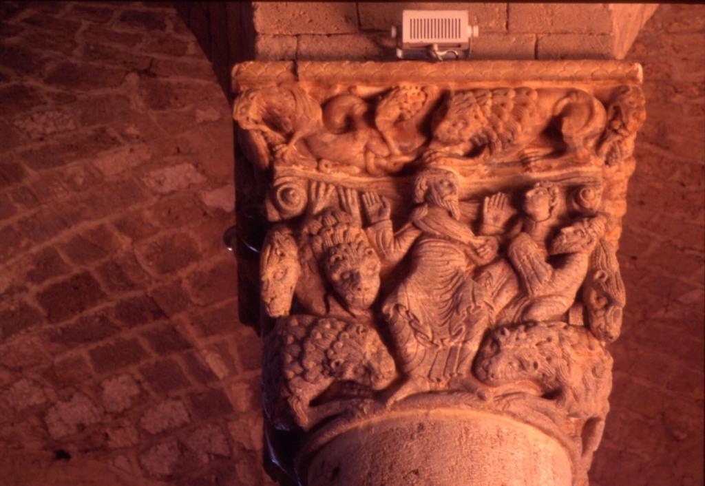 Chiesa Sant'Antimo - capitello Daniele nella fossa dei leoni del Maestro di Cabestany