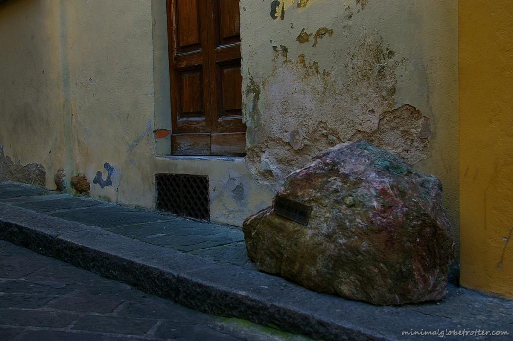 Sasso di Dante in via della Pallottola a Firenze